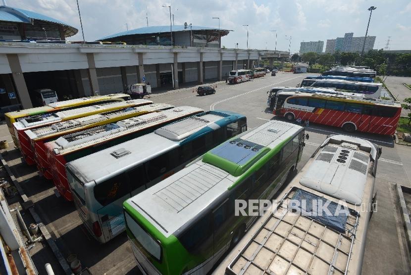 Sejumlah bus terparkir di Terminal Terpadu Pulo Gebang yang terletak di Jakarta Timur, Kamis (8/6). Jelang arus mudik Hari Raya Idul Fitri 2017, Dinas Perhubungan DKI Jakarta menemukan 220 bus angkutan lebaran yang dinyatakan tidak layak jalan saat melakukan pemeriksaan kelaikan kendaraan (ramp check) untuk bus angkutan lebaran.