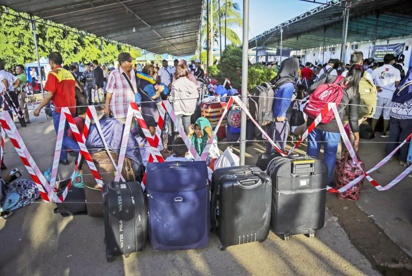 Sejumlah calon penumpang KM Kelud antri memasuki terminal keberangkatan di Pelabuhan Batu Ampar, Batam, Kepulauan Riau, Senin (27/5/2019)