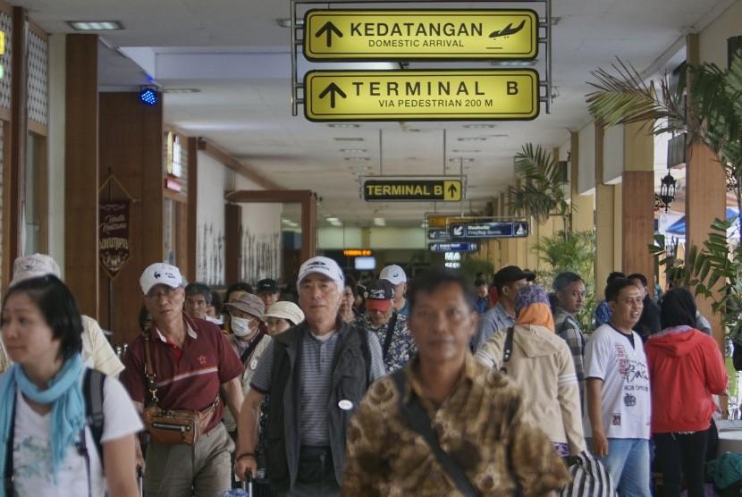 Sejumlah calon penumpang memadati terminal keberangkatan Bandara Adisucipto, Sleman, DI Yogyakarta, Jumat (14/4).