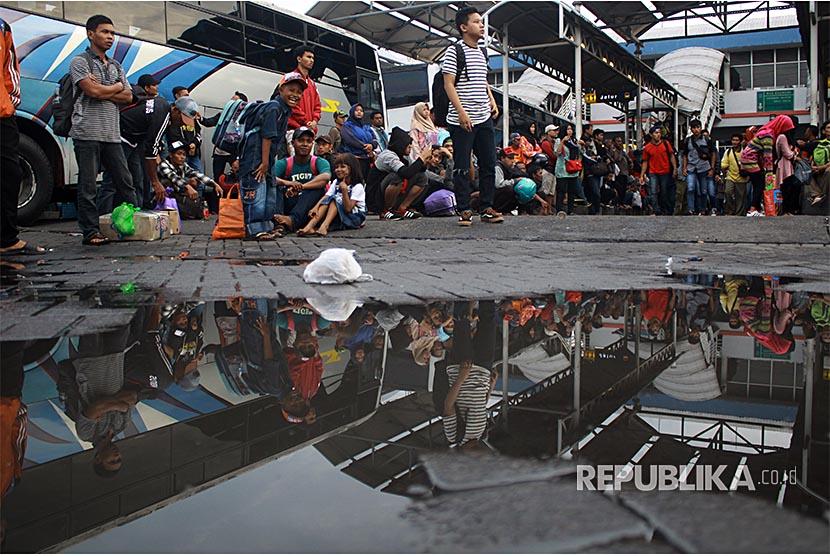 Sejumlah calon penumpang memadati Terminal Purabaya (Bungurasih) Sidoarjo, Jawa Timur, Sabtu (30/12). Jumlah penumpang bus di terminal Purabaya Bungurasih pada mudik libur Natal dan tahun baru mencapai sekitar 60.000 orang atau naik dari  hari biasa dengan jumlah penumpang sekitar 29 ribu.