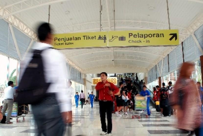 Sejumlah calon penumpang memasuki ruang tunggu terminal penumpang yang baru di Bandara Sultan Syarif Kasim II Pekanbaru.
