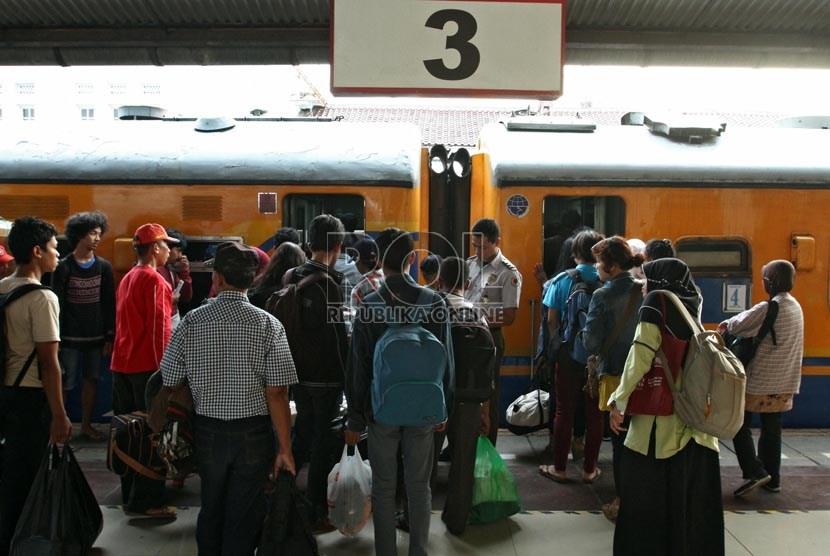 Calon penumpang Kereta Api Mataremaja jurusan Malang, di Stasiun Pasar Senen, Jakarta Pusat, Senin (29/7).   (Republika/Adhi Wicaksono)