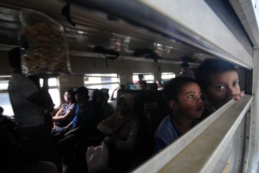 Sejumlah calon penumpang menaiki kereta di Stasiun Senen, Jakarta pusat, Kamis (5/4). (Republika/Prayogi)