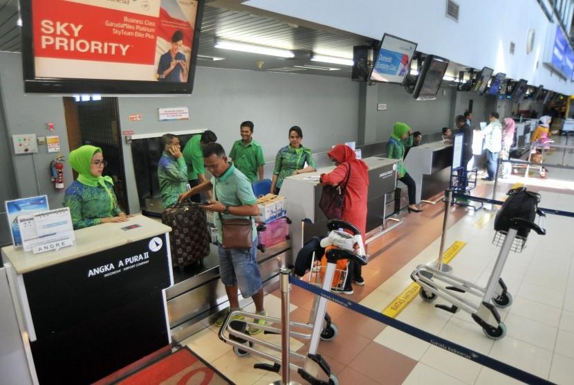 Sejumlah calon penumpang pesawat udara, berada di konter check in, Bandara Internasional Minangkabau (BIM), Padangpariaman, Sumatera Barat, Kamis (24/1/2019).