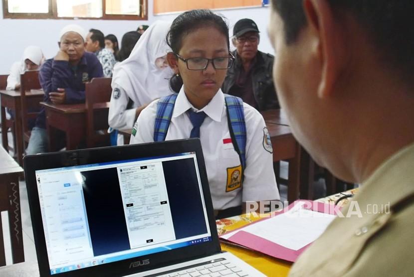 Sejumlah calon peserta didik bersama orang tuanya mengikuti proses verifikasi berkas administrasi akademik dan non akademik di SMA Negeri 1 Ungaran, Kabupaten Semarang, Senin (2/7). Hari ini mulai dilakukan verifikasi berkas bagi PPDB sistem Zonasi.