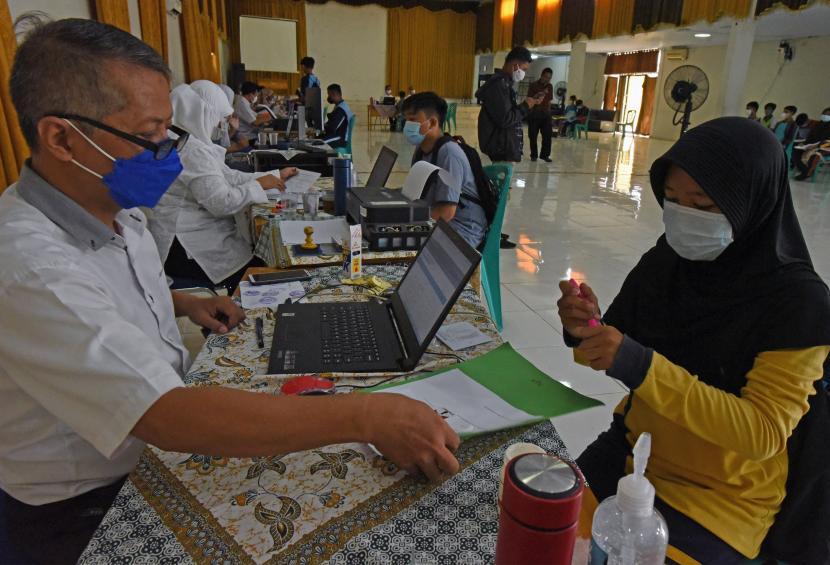 Sejumlah calon siswa menjalani proses verifikasi penerimaan peserta didik baru (PPDB) di SMK Negeri 2 Serang, Banten, Rabu (16/6/2021). Proses verifikasi dilakukan untuk memastikan data yang terisi secara daring benar-benar sama dengan fakta dan dokumen para calon siswa tersebut.