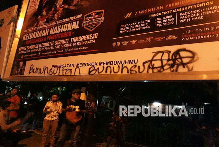 Sejumlah coretan pendemo yang ada di tembok-tembok sekitaran UIN Sunan Kalijaga, Selasa (1/5) malam.  Coretan bertuliskan 'Bunuh Sultan' jadi salah satu pemicu amarah warga sebelum bentrokan terjadi.