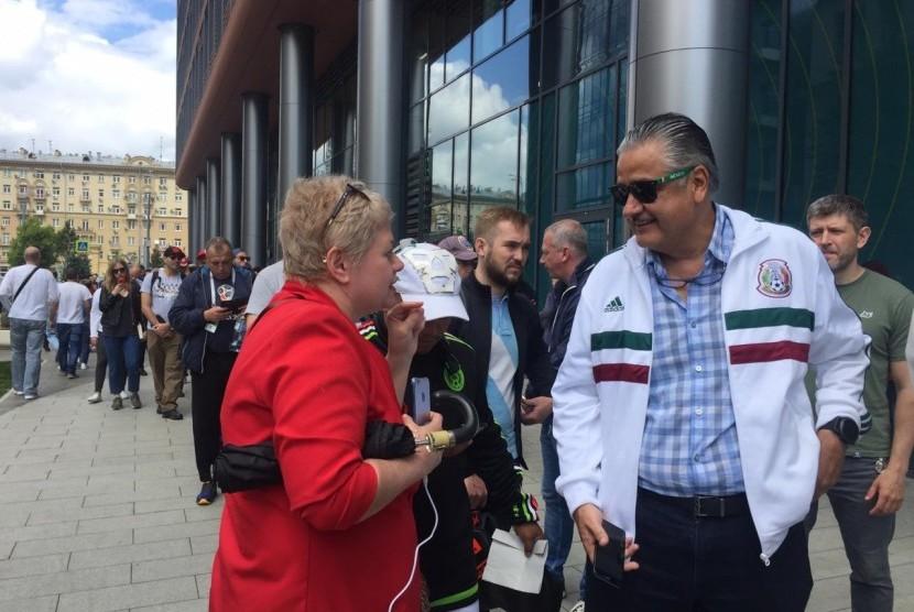 Sejumlah fan di Moskow, Rusia, Rabu (13/6) berburu Fan ID untuk bisa menonton pertandingan pembuka antara tuan rumah Rusia lawan Arab Saudi di Stadion Luzhniki pada Kamis (14/6) malam WIB.