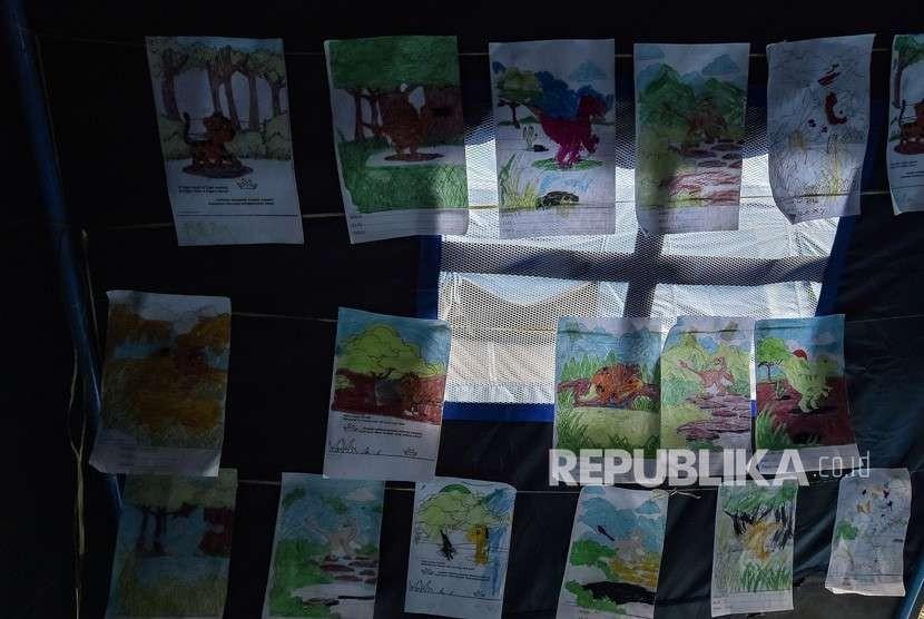 Sejumlah gambar bocah korban gempa tsunami Palu hasil kegiatan Trauma Healing terpajang di salah satu tenda pengungsian di kantor Dinas Sosial, Palu, Sulawesi Tengah, Jumat (5/10).