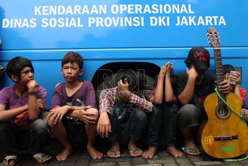 Sejumlah gelandangan dan pengemis terjaring razia oleh Satpol PP di kawasan Blok M, Jakarta Selatan, Jumat (5/7).   (Republika/Yasin Habibi)