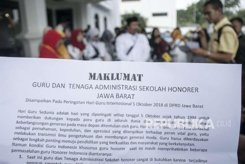 Sejumlah guru honorer dan tenaga administrasi honorer menyampaikan aspirasi saat aksi di Gedung DPRD Provinsi Jawa Barat, Bandung, Jumat (5/10).
