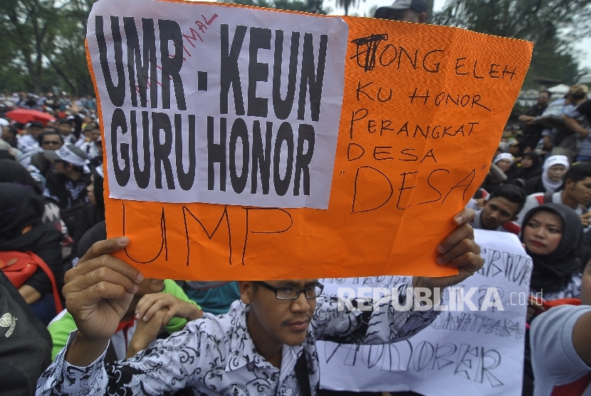 Sejumlah guru honorer membawa poster melakukan unjuk rasa menuntut kesejahteraan. ilustrasi (Republika/Mahmud Muhyidin)