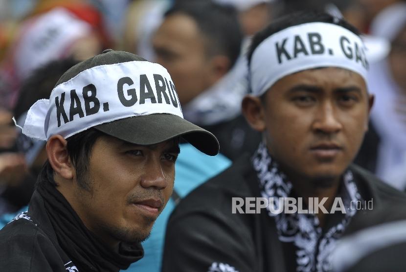 Sejumlah guru honorer Jawa Barat menggunakan ikat kepala melakukan unjuk rasa menuntut kesejahteraan,di depan Gedung Sate,Kota Bandung, Senin (31/10). (Republika/Mahmud Muhyidin)