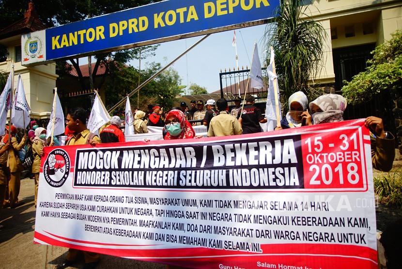 Sejumlah guru honorer menggelar aksi di depan kantor DPRD Depok, Jawa Barat, Senin (15/10).