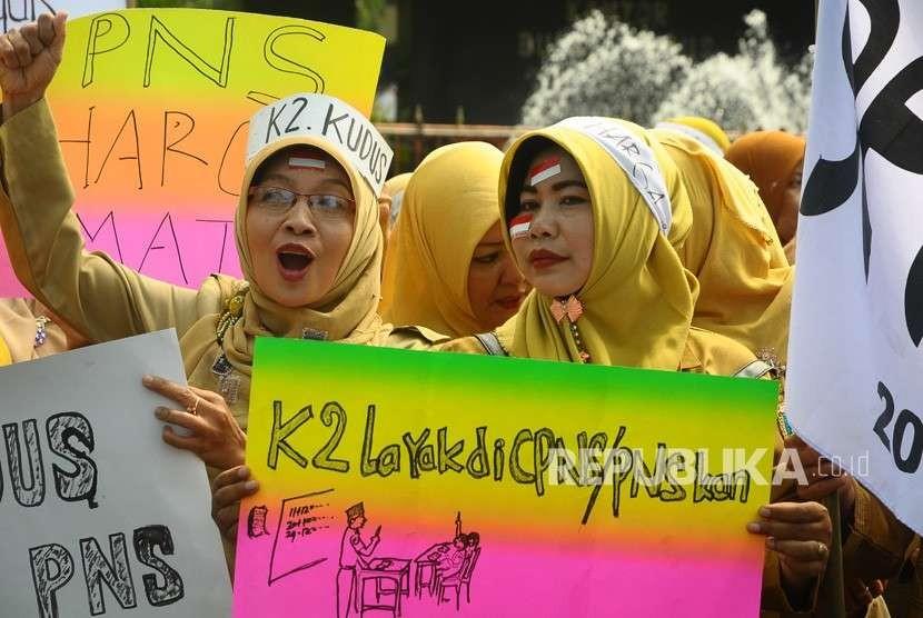 Sejumlah guru honorer yang tergabung dalam Forum Komunikasi Honorer K2 (FKH-K2) berunjuk rasa di Kudus, Jawa Tengah, Selasa (18/9).