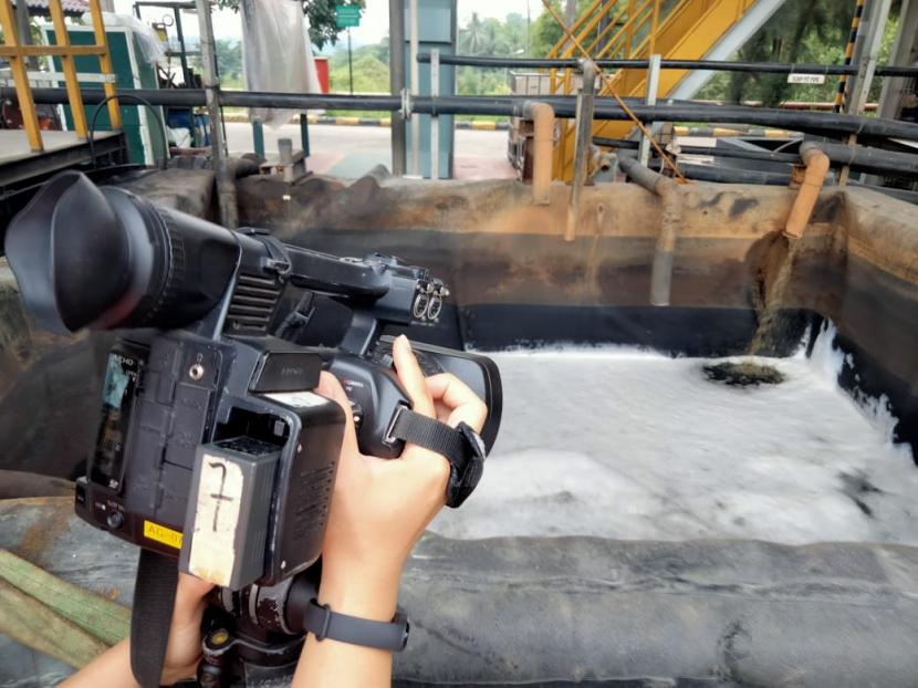 Sejumlah insan media saat meliput kegiatan pengolahan limbah B3 di PT Prasadha Pamunah Limbah Industri (PPLI)