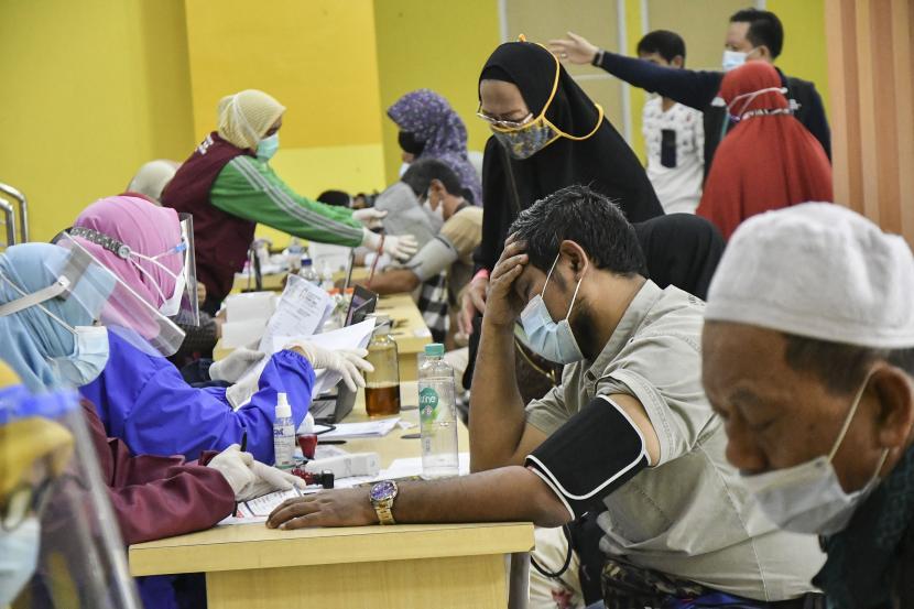 Sejumlah warga mengikuti pemeriksaan tekanan darah sebelum vaksinasi COVID-19 di Stadion Wibawa Mukti, Cikarang, Kabupaten Bekasi, Jawa Barat