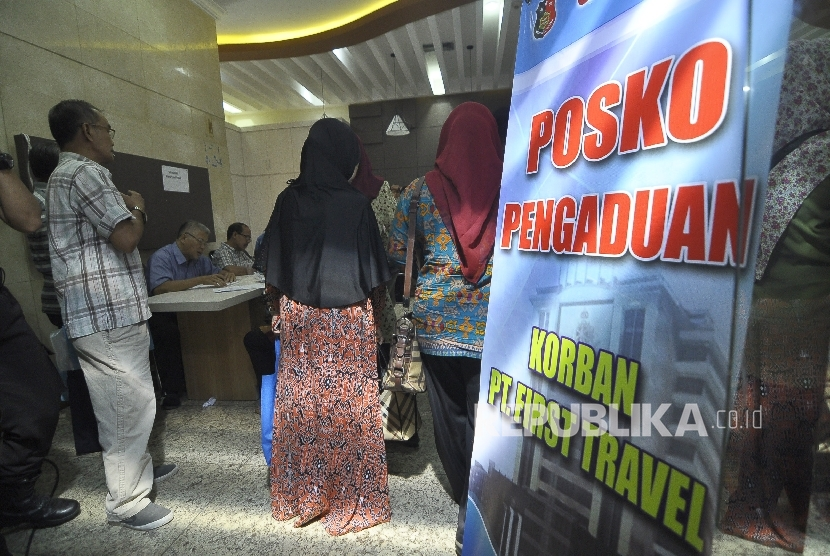 Victims of First Travel umrah scam file a report to the National Police's Criminal Investigation Agency office, Gambir, Central Jakarta.