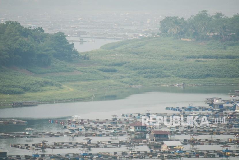 Sejumlah jaring apung beroperasi di Waduk Cirata, Kabupaten Bandung Barat, Jawa Barat.