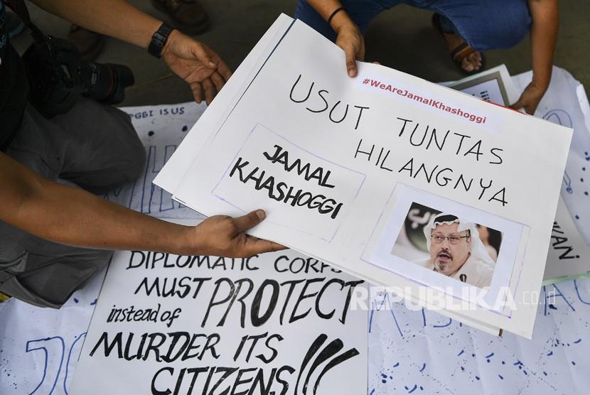 Sejumlah jurnalis melakukan aksi solidaritas bagi wartawan Arab Saudi Jamal Khashoggi di depan Kedutaan Besar Arab Saudi, Jakarta, Jumat (19/10/2018).