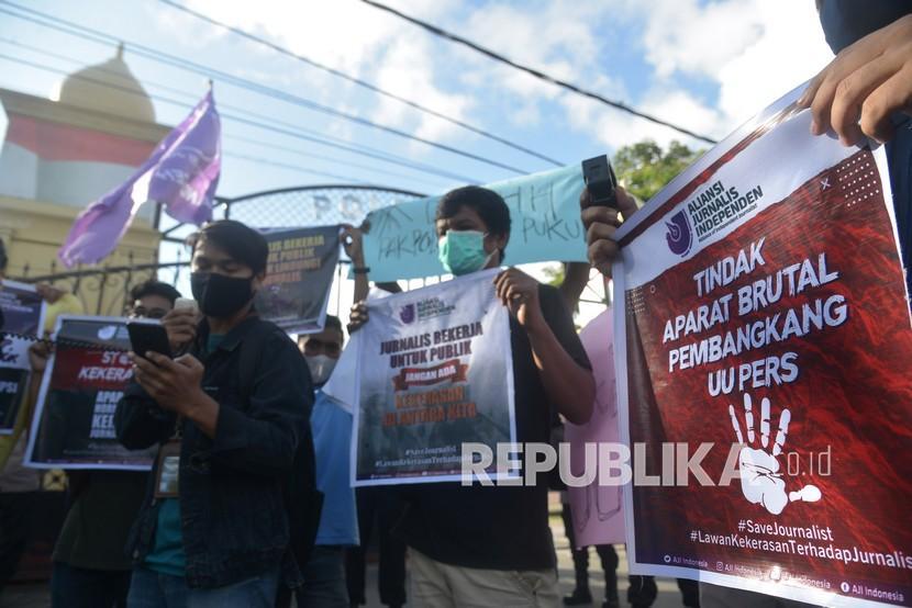 Sejumlah jurnalis yang berhimpun dalam Aliansi Jurnalis Independen (AJI) membentangkan poster dan spanduk saat menggelar aksi di Polda Aceh, Banda Aceh, Aceh, Kamis (15/4/2021). Jurnalis Aceh mengutuk tindak kekerasan terhadap wartawan Tempo, Nurhadi di Surabaya yang diduga pelakukanya aparat keamanan serta mendesak Polri serius mengusut kasus tersebut dan menghukum pelakunya.