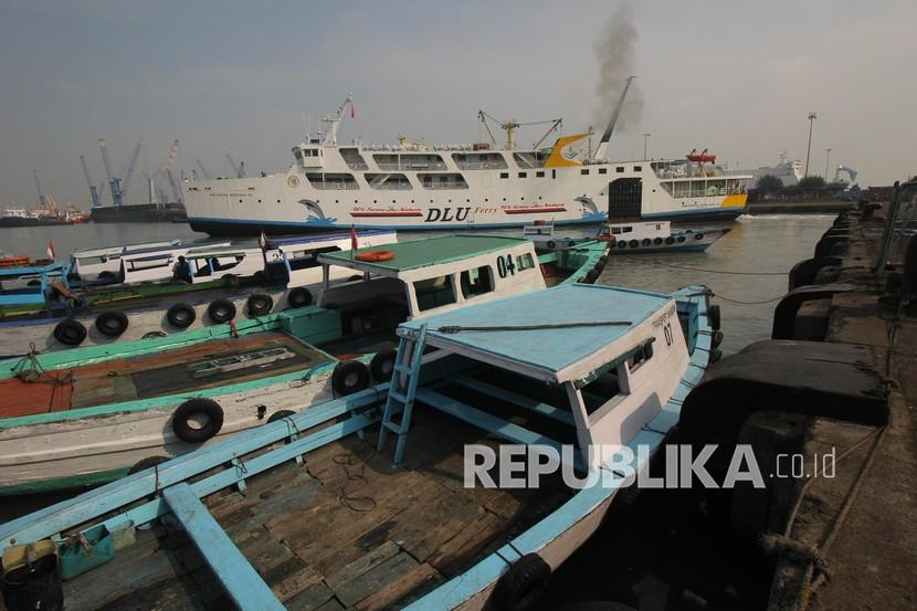 Sejumlah kapal sandar di Dermaga Jamrud Selatan, Pelabuhan Tanjung Perak, Surabaya, Jawa Timur, Jumat (7/5). Badan Pusat Statistik (BPS) Jawa Timur mencatat, nilai ekspor Jatim pda April 2021 mengalami penurunam sebesar 3,16 persen dibandingkan bulan sebelumnya.