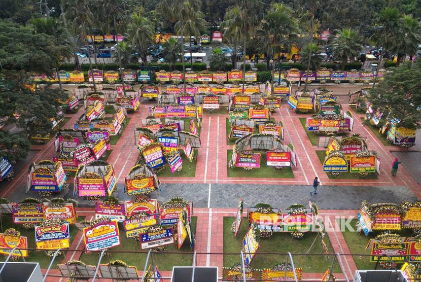 Sejumlah karangan bunga yang ditujukan untuk Gubernur DKI Jakarta Basuki Tjahaja Purnama atau Ahok dan Wakil Gubernur Djarot Saiful Hidayat tertata di kompleks Balai Kota DKI Jakarta, Rabu (26/4).