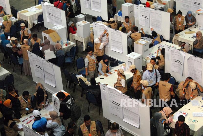 Sejumlah Kelompok Penyelenggara Pemungutan Suara Luar Negeri (KPPSLN) melakukan penghitungan suara Pemilu 2019, di Dewan Tun Razak 1 dan 2, Kuala Lumpur, Malaysia, Rabu (17/4/19).