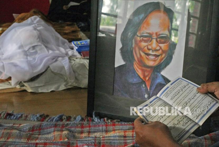 Sejumlah keluarga dan kerabat membacakan Surat Yassin di samping jenazah musisi legendaris Indonesia Yon Koeswoyo di kediamannya di Pamulang, Tangerang Selatan, Banten, Jumat (5/1).