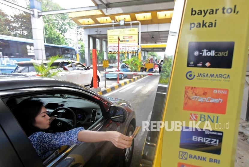 Sejumlah kendaraan antre membayar tol.