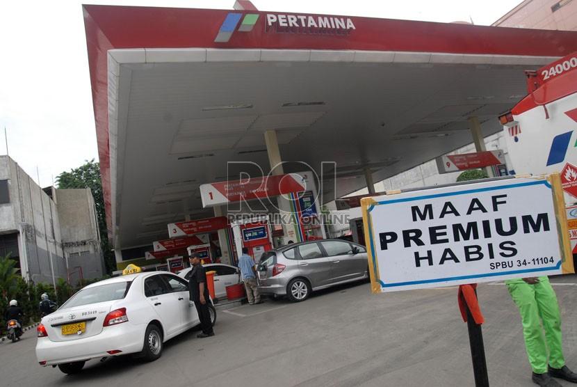 Sejumlah kendaraan antre mengisi bahan bakar jenis pertamax akibat habisnya BBM bersubsidi di salah satu SPBU di jalan Hayam Wuruk, Jakarta Pusat, Senin (26/11). (Republika/Agung Fatma Putra)