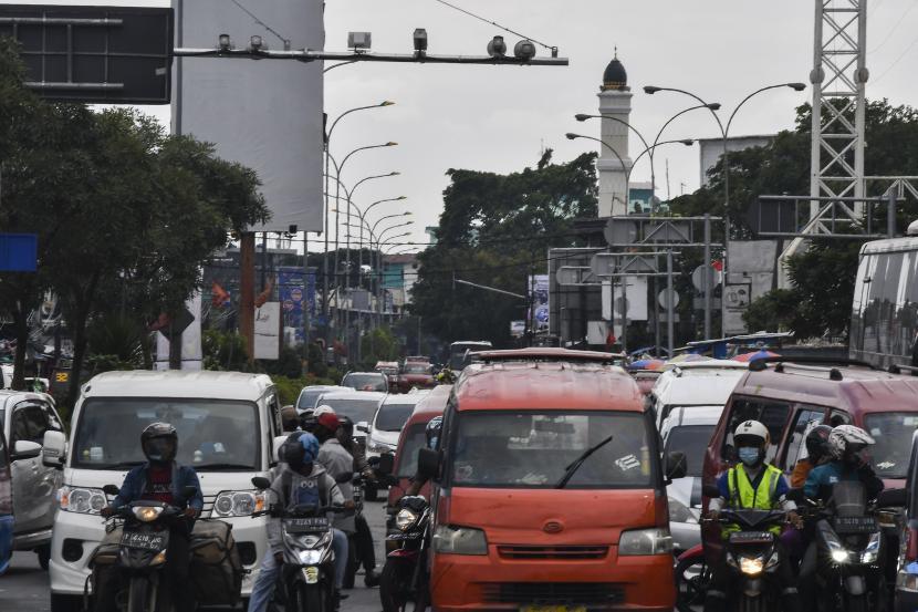 Sejumlah kendaraan bermotor melintasi kamera E-TLE (Electronic Traffic Law Enforcement) di Cikarang, Kabupaten Bekasi, Jawa Barat, Ahad (14/3/2021). Satlantas Polres Metro Bekasi akan memberlakukan sistem tilang elektronik atau E-TLE mulai 17 Maret 2021.