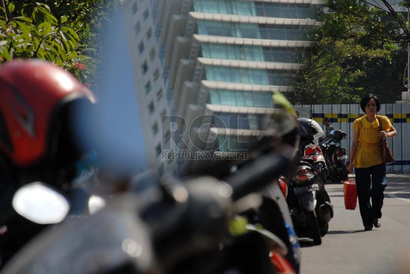 Sejumlah kendaraan bermotor parkir di tepi jalan di kawasan Thamrin, Jakarta Pusat (ilustrasi)