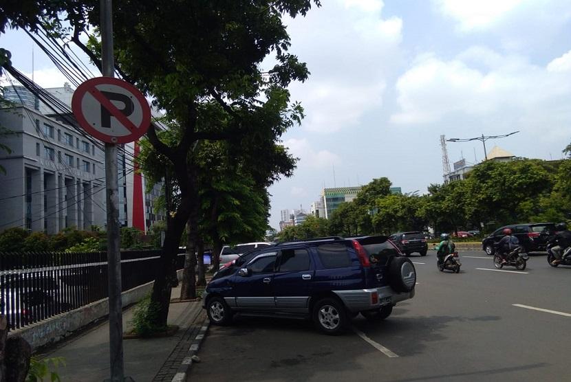 Sejumlah kendaraan diparkir di pinggir jalan Kramat Raya, Jakarta Pusat. Meski ada tanda larangan untuk memarkir kendaraan namun warga masih saja memberhentikan mobil di wilayah tersebut
