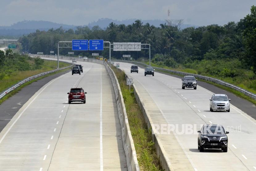 Sejumlah kendaraan melaju saat hari pertama pengoperasian Tol Bakauheni-Terbanggibesar di Kota Baru, Jati Agung, Lampung Selatan, Lampung, Sabtu (22/12/2018).