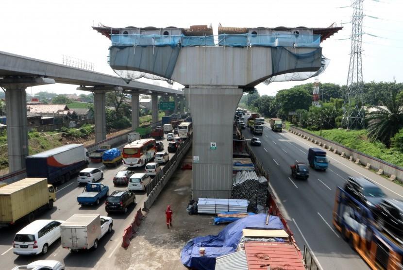 Sejumlah kendaraan melintas di bawah konstruksi pembangunan jalan tol layang (Elevated) di KM 14 Jalan Tol Jakarta-Cikampek, Kota Bekasi, Jawa Barat, Kamis (28/3/2019).