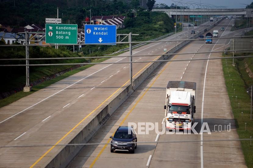 Kontribusi Pulau Jawa terhadap kasus Covid-19 secara nasional terlihat mengalami penurunan sejak Mei 2021. (Foto ilustrasi kendaraan melintas di jalan Tol Trans Jawa di Kabupaten Batang, Jawa Tengah)