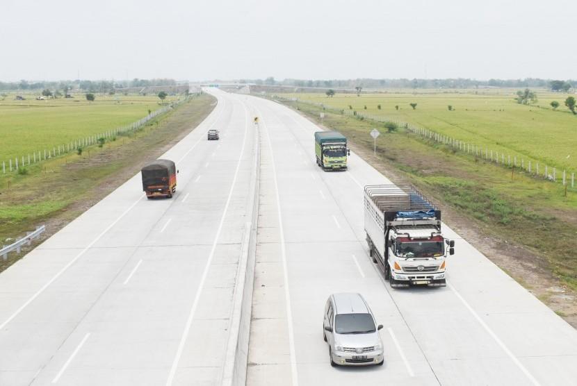 Sejumlah kendaraan melintas di jalan tol Trans-Jawa ruas Ngawi-Kertosono di Kabupaten Madiun, Jawa Timur, Senin (12/11/2018).
