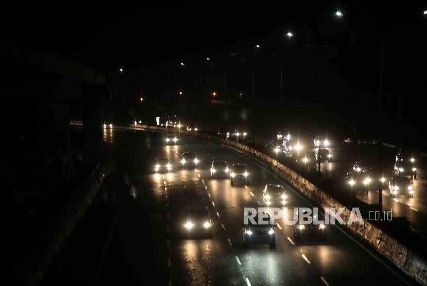 Sejumlah kendaraan melintas di Ruas Jalan Tol Jakarta-Bekasi Timur saat sistem satu arah di Jakarta, Selasa (19/6). Polisi menerapkan sistem satu arah atau one way traffic di tol Jakarta-Cikampek (Japek) dan tol Cikopo-Palimanan (Cipali) arah menuju Jakarta untuk mengurai kemacetan saat pucak arus balik diprediksikan terjadi pada Selasa (19/6) malam.