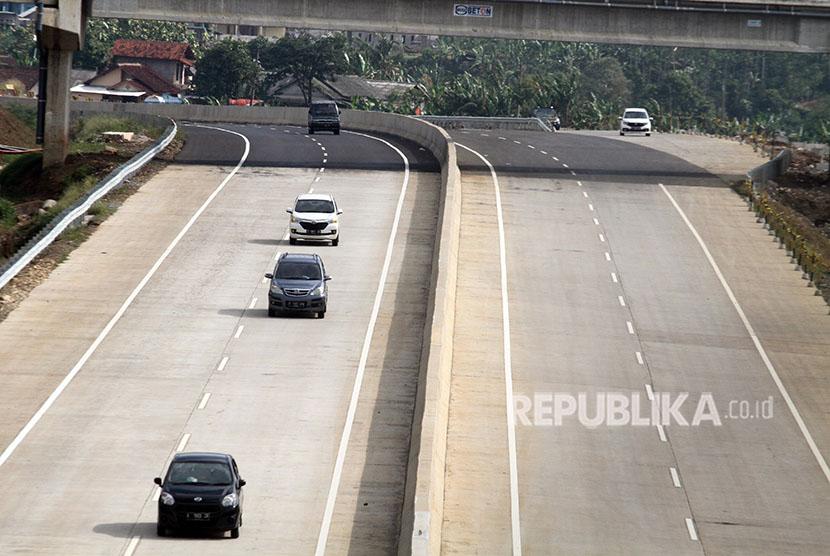 Sejumlah kendaraan melintas di ruas tol Bogor-Ciawi-Sukabumi (Bocimi), Ciawi, Kabupaten Bogor, Jawa Barat Kamis (21/6).