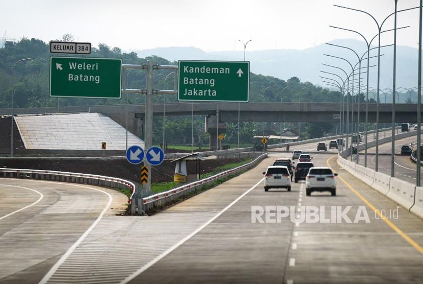 Sejumlah kendaraan melintasi di jalan Tol Batang Semarang saat penyusuran pra uji laik fungsi dan keselamatan Trans Jawa, Batang, Jawa Tengah, Jumat (7/12/2018).