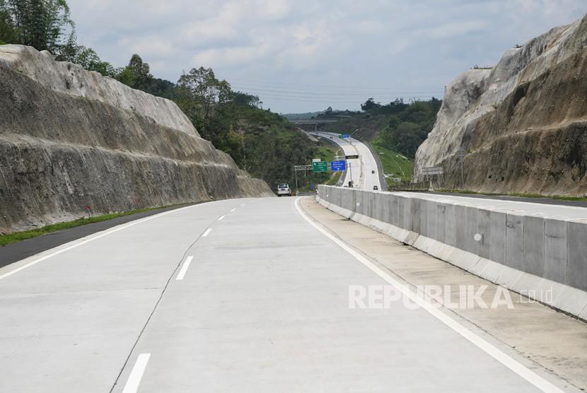 Sejumlah kendaraan melintasi di jalan Tol Solo Semarang. (ilustrasi)