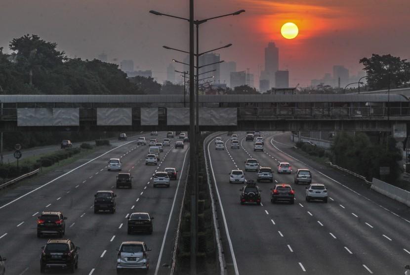 Sejumlah kendaraan melintasi jalur satu arah menuju Jakarta yang diberlakukan di ruas tol Jakarta-Cikampek, Jakarta, Selasa (19/6). Pihak kepolisian menerapkan sistem satu arah dari Tol Cipali hingga Cawang untuk mengurai kemacetan saat arus balik berlangsung.
