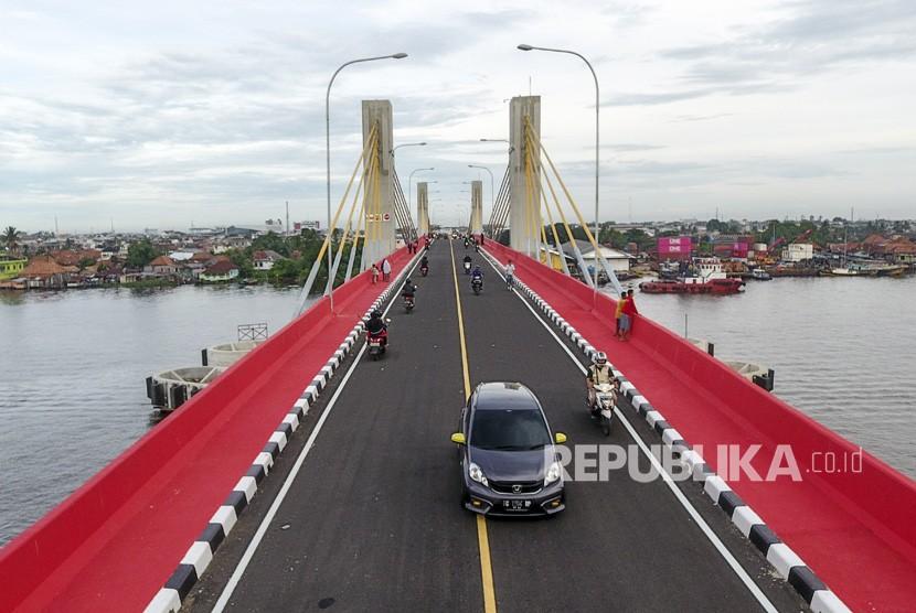 Sejumlah kendaraan melintasi Jembatan Musi IV saat uji coba operasional jembatan tersebut di Palembang, Sumatera Selatan, Kamis (3/1/2019).