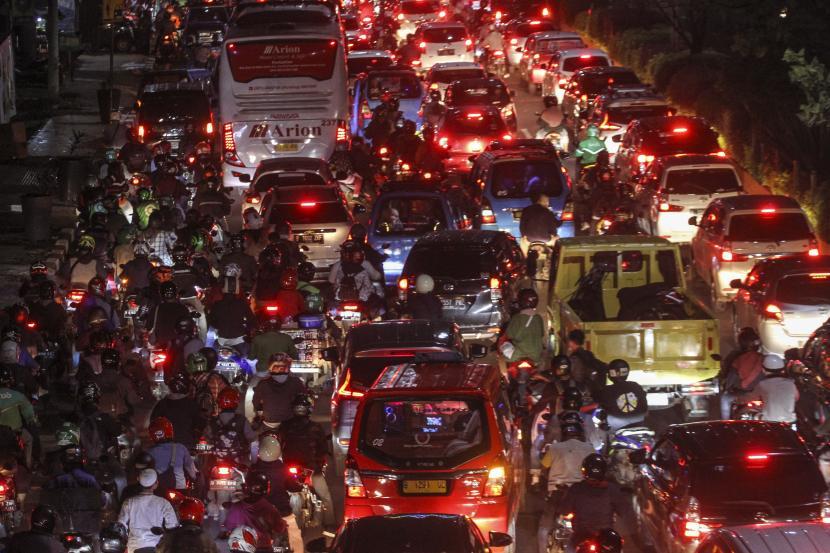 Sejumlah kendaraan memadati jalan Margonda Raya menuju Jalan Kartini, Depok, Jawa Barat, Selasa (21/9/2021). Kemacetan tersebut disebabkan adanya pohon tumbang serta atap ruko yang roboh menutupi jalan di daerah itu pascahujan disertai angin kencang. (ilustrasi)