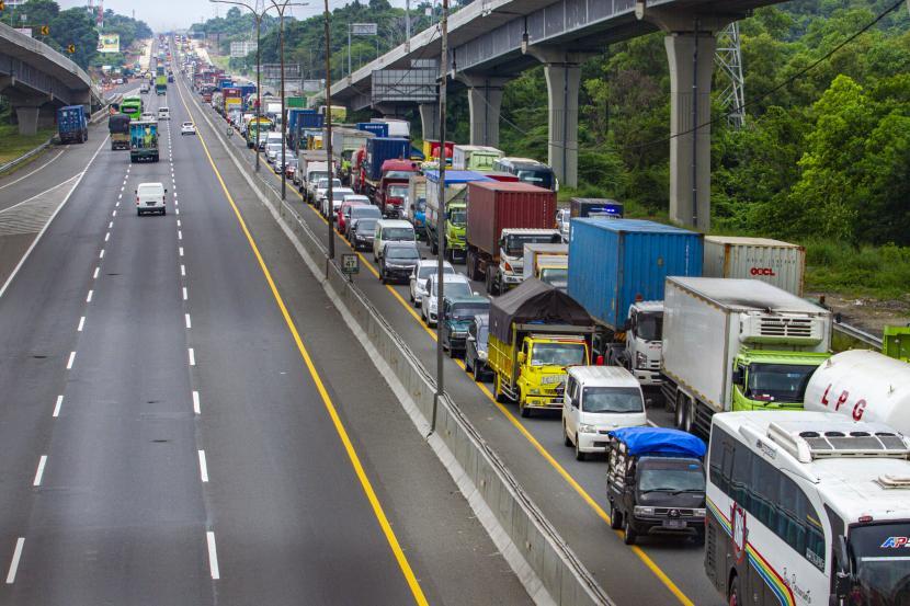 Sejumlah kendaraan memadati jalan tol Jakarta - Cikampek arah Jakarta di Karawang, Jawa Barat, Jumat (24/4/2020). PT Jasa Marga Transjawa Tollroad Regional Division (JTT) memberlakukan penyekatan atau pembatasan di sejumlah titik jalan tol Jakarta-Cikampek dengan skema penyekatan untuk pengguna jalan arah Cikampek di Km 28 Cikarang Barat dan arah Jakarta di Km 47 Karawang Barat.