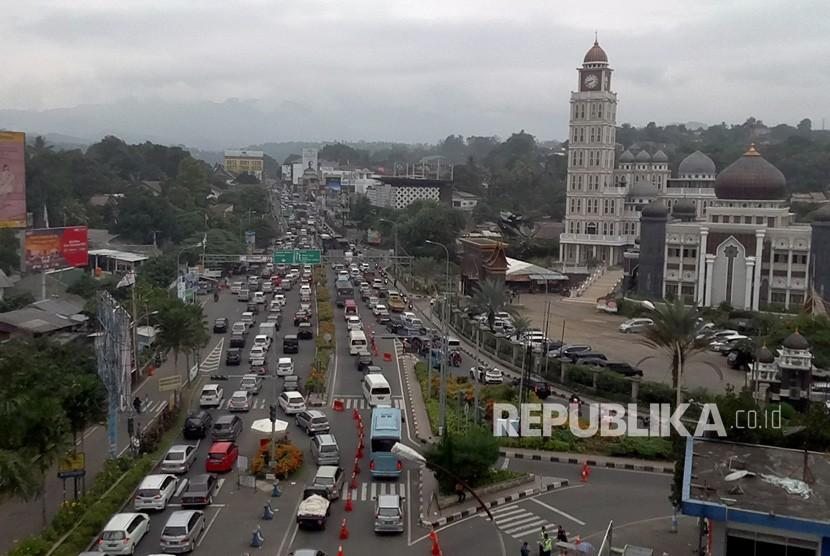 Sejumlah kendaraan memadati jalur Puncak di Gadog, Bogor, Jawa Barat, Sabtu (22/12/2018).