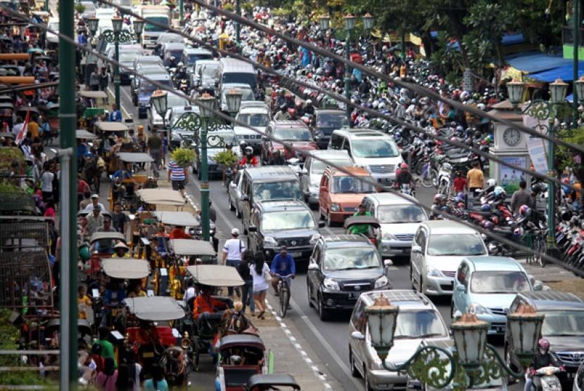Sejumlah kendaraan memadati Jl. Malioboro, Yogyakarta, Selasa (21/8).