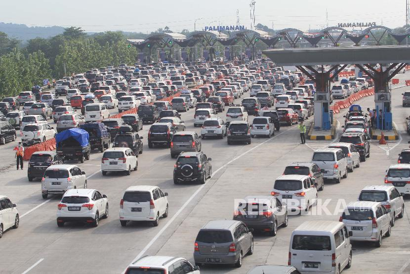 Sejumlah kendaraan memadati pintu gerbang tol Cipali, Palimanan, Cirebon, Jawa Barat, Sabtu (8/6/2019). Korlantas Polri menerapkan sistem satu arah pada arus balik sejak Jumat (7/6) hingga Senin (10/6) dari jam 12 siang hingga 12 malam, dari kilometer 414 Kalikangkung sampai kilometer 70 Cikampek Utama.
