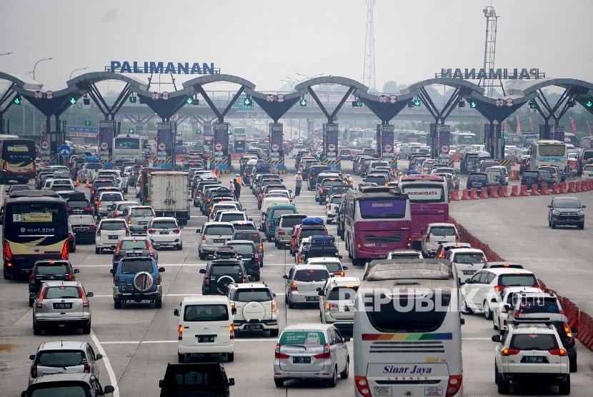 Sejumlah kendaraan pemudik memadati gerbang tol Cipali-Palimanan, Cirebon, Jawa Barat, Kamis (22/6).